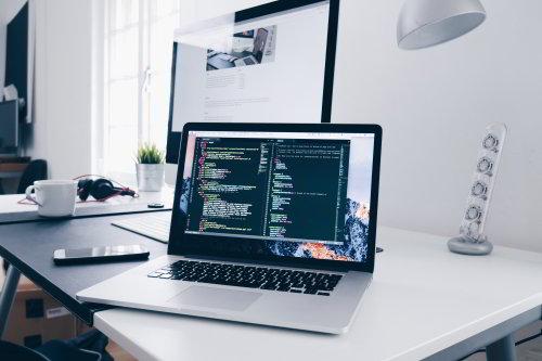 Ilustracja przedstawiajaca komputer na którym znajduje się fragment kodu programstycznego.