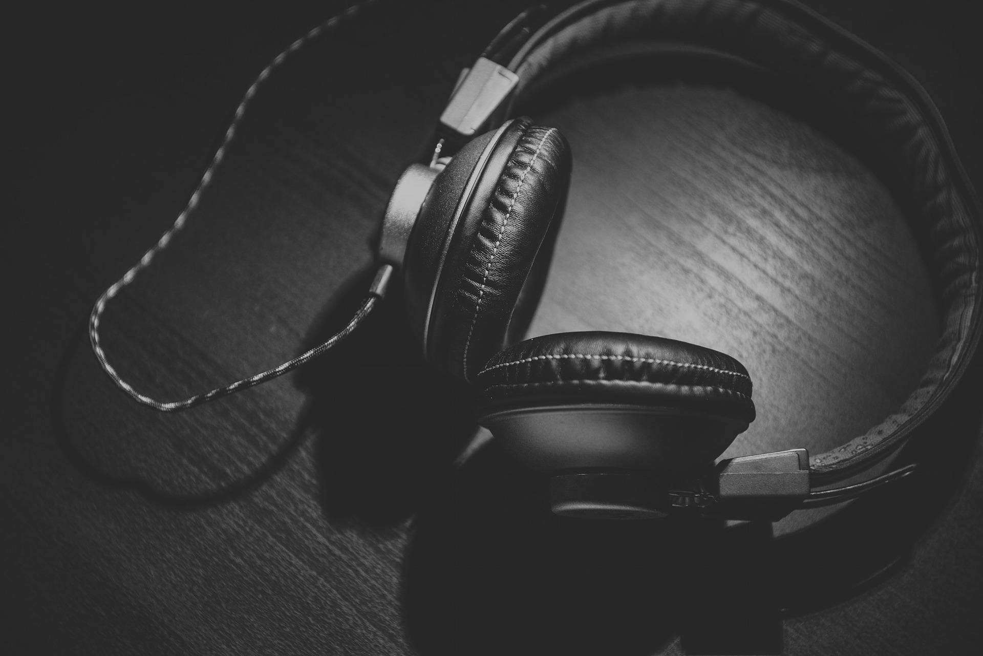 Ilustracja przedstawiające czarne słuchawki